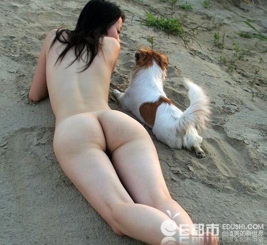 女子逼迫两只狗舔自己下身