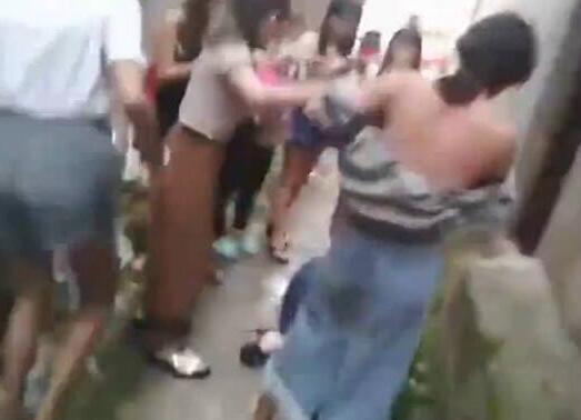 两名女生巷内遭群殴 被扒光衣服一丝不挂拍照羞辱引众怒(视频图曝光)