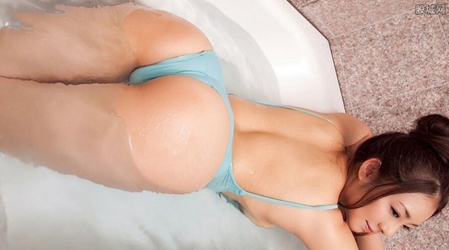 男子酒后偷拍妻子洗澡